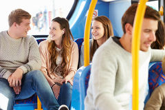 Grupo de gente joven en viaje del autobús junto imagen de archivo libre de regalías