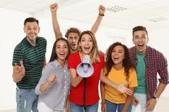 Grupo de gente joven feliz con el megáfono imagenes de archivo
