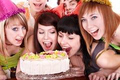Grupo de gente joven feliz con la torta. Fotografía de archivo
