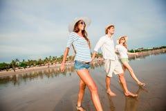 Grupo de gente joven feliz que camina a lo largo de Foto de archivo libre de regalías