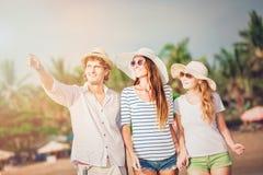Grupo de gente joven feliz que camina a lo largo de Imagen de archivo
