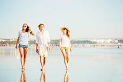 Grupo de gente joven feliz que camina a lo largo de Fotos de archivo