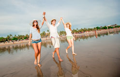 Grupo de gente joven feliz que camina a lo largo de Fotografía de archivo libre de regalías