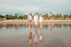 Grupo de gente joven feliz que camina a lo largo de Fotografía de archivo