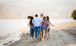Grupo de gente joven feliz que se divierte en la playa Imágenes de archivo libres de regalías