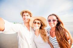 Grupo de gente joven feliz que toma el selfie en Imagenes de archivo