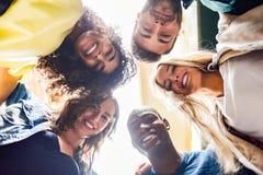 Grupo de gente joven junto al aire libre en fondo urbano Fotografía de archivo