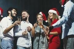 Grupo de gente joven que celebra Año Nuevo con champán en el club de noche Fotos de archivo