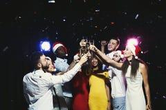 Grupo de gente joven que celebra Año Nuevo con champán en el club de noche Foto de archivo