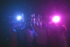 Grupo de gente joven que celebra Año Nuevo con champán en el club de noche Imágenes de archivo libres de regalías