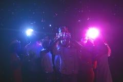 Grupo de gente joven que celebra Año Nuevo con champán en el club de noche Foto de archivo libre de regalías