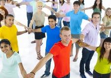 Grupo de gente joven que conecta con uno a Imagen de archivo libre de regalías