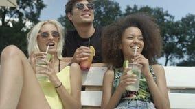 Grupo de gente joven que disfruta de tiempo de vacaciones metrajes
