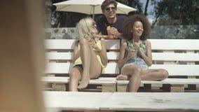 Grupo de gente joven que disfruta de tiempo de vacaciones almacen de metraje de vídeo