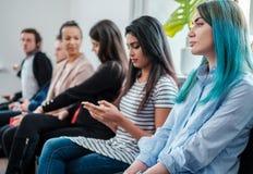 Grupo de gente joven que espera una entrevista del bastidor o de trabajo foto de archivo libre de regalías