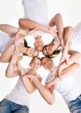 Grupo de gente joven que lleva a cabo las manos juntas Fotografía de archivo libre de regalías