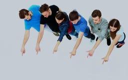 Grupo de gente joven que señala en algo Fotos de archivo libres de regalías
