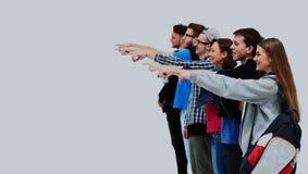 Grupo de gente joven que señala en algo Imagen de archivo