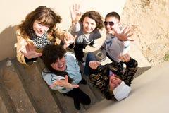 Grupo de gente joven que se coloca bajo las escaleras Imagen de archivo libre de regalías