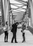 Grupo de gente joven que se coloca en el puente Fotos de archivo