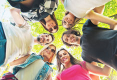 Grupo de gente joven que se coloca en un círculo, al aire libre Foto de archivo libre de regalías