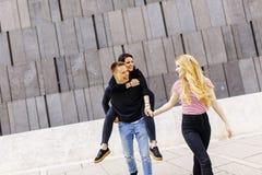 Grupo de gente joven que se divierte al aire libre Fotografía de archivo