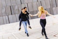 Grupo de gente joven que se divierte al aire libre Fotos de archivo libres de regalías