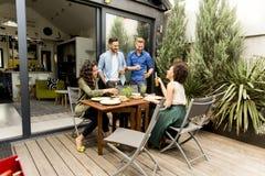 Grupo de gente joven que se divierte en el patio trasero Fotografía de archivo libre de regalías