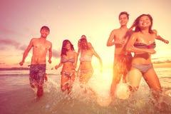 Grupo de gente joven que se divierte en la playa Foto de archivo