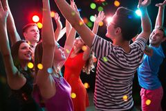 Grupo de gente joven que tiene baile de la diversión en el partido fotografía de archivo