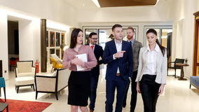 Grupo de gente joven que trabaja en la oficina