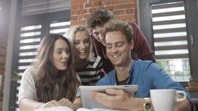Grupo de gente joven que trabaja en proyecto en el apartamento moderno del desván almacen de video