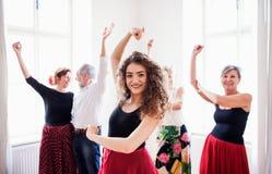 Grupo de gente mayor en clase de baile con el profesor de la danza imagenes de archivo