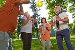 Grupo de gente mayor que juega con la bola fotos de archivo