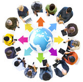 Grupo de gente multiétnica global conectada con los dispositivos de Digitaces imagen de archivo libre de regalías
