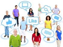 Grupo de gente Multi-étnica conectada con medios sociales foto de archivo libre de regalías