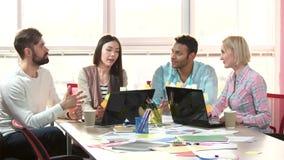 Grupo de gente ocupada multiétnica que trabaja en una oficina metrajes