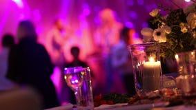 Grupo de gente silueteada que baila en un pasillo oscuro del banquete para una recepción nupcial El banquete de la boda, danza de almacen de metraje de vídeo