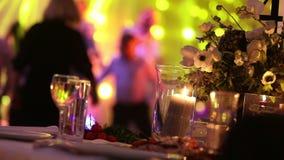 Grupo de gente silueteada que baila en un pasillo oscuro del banquete para una recepción nupcial El banquete de la boda, danza de almacen de video