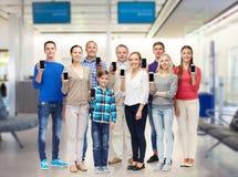 Grupo de gente sonriente con smartphones Imagen de archivo