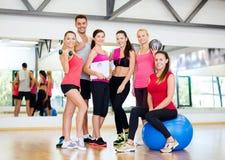 Grupo de gente sonriente en el gimnasio Imagen de archivo