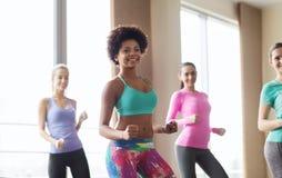 Grupo de gente sonriente que baila en gimnasio o estudio Fotografía de archivo