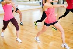 Grupo de gente sonriente que ejercita en el gimnasio Imagen de archivo