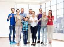 Grupo de gente sonriente que muestra los pulgares para arriba Imagenes de archivo