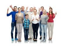 Grupo de gente sonriente que muestra los pulgares para arriba Imagen de archivo