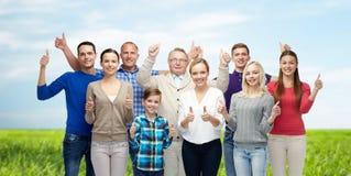Grupo de gente sonriente que muestra los pulgares para arriba Fotos de archivo