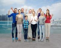 Grupo de gente sonriente que muestra los pulgares para arriba Imagen de archivo libre de regalías