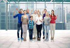 Grupo de gente sonriente que muestra los pulgares para arriba Imágenes de archivo libres de regalías