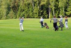 Grupo de golfistas en el club de campo de Moscú Imagen de archivo libre de regalías