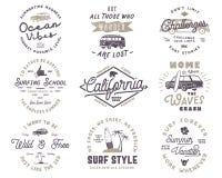 Grupo de gráficos e de emblemas surfando do vintage para o design web ou a cópia Moldes do logotipo do surfista Crachás da ressac ilustração stock